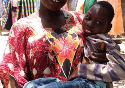 Frau mit Kind im Senegal