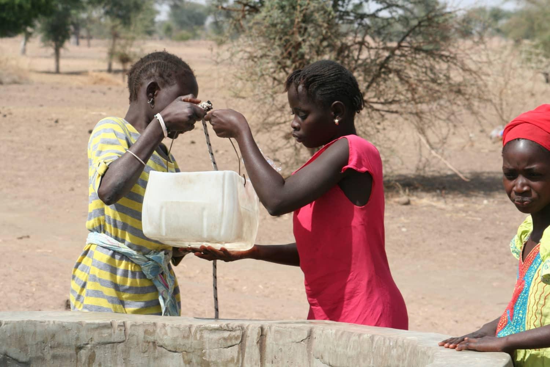 Wasserholen am Brunnen im Senegal